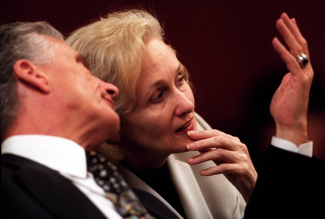 John Momot se presenta ante el tribunal con Margaret Rudin en 2001. (Archivo del Las Vegas Revi ...
