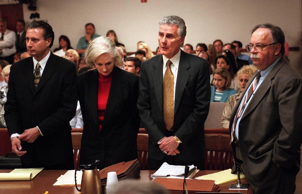 Margaret Rudin agacha su cabeza mientras sus abogados Michael Amador, a la izquierda, John Momo ...