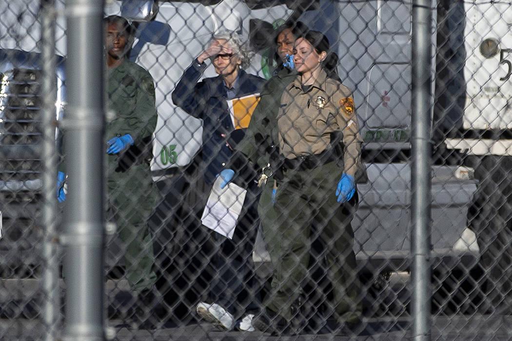 Margaret Rudin, segunda desde la izquierda, es escoltada fuera del Centro Correccional de Mujer ...