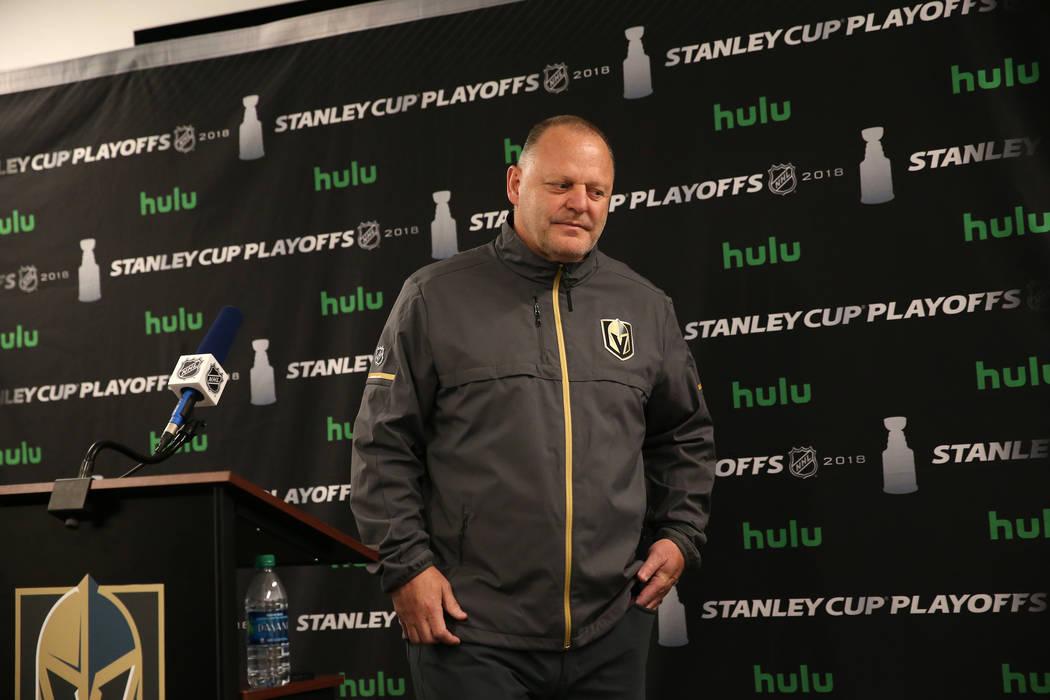 El entrenador de los Golden Knights de Las Vegas, Gerard Gallant, habla durante una conferencia ...