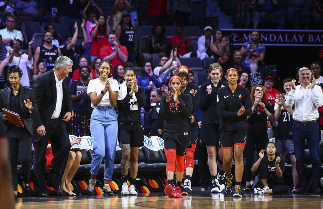 ARCHIVO.- Las jugadoras de Las Vegas Aces aplauden cuando el equipo gana a Atlanta Dream en un ...
