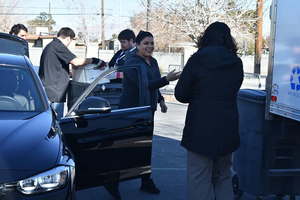 Carmen Treviño acudió acompañada de sus hijos para desechar documentos que contenían inform ...