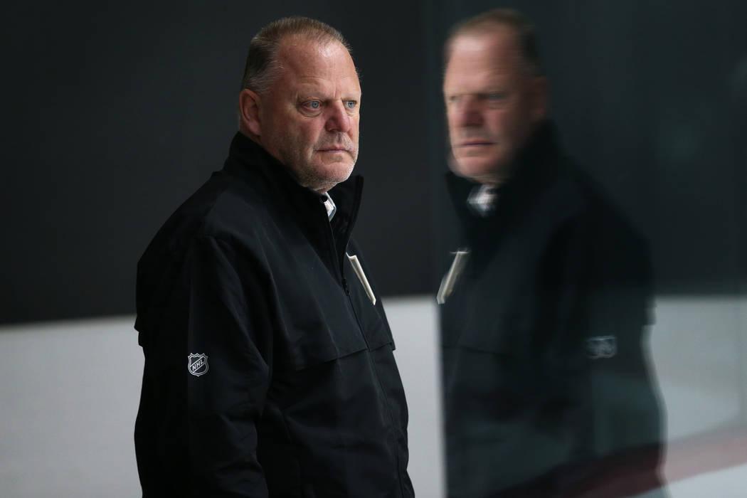 El ex entrenador de los Golden Knights de Las Vegas, Gerard Gallant, observa a los jugadores du ...