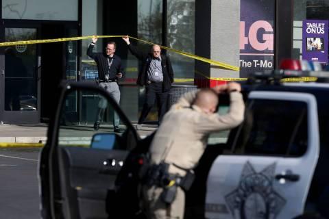 Oficiales de policía de Las Vegas cerca de Rainbow Boulevard y Darby después de un tiroteo en ...