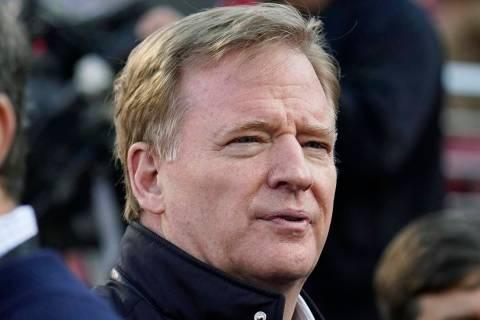 El comisionado de fútbol americano de la NFL, Roger Goodell, observa los calentamientos antes ...
