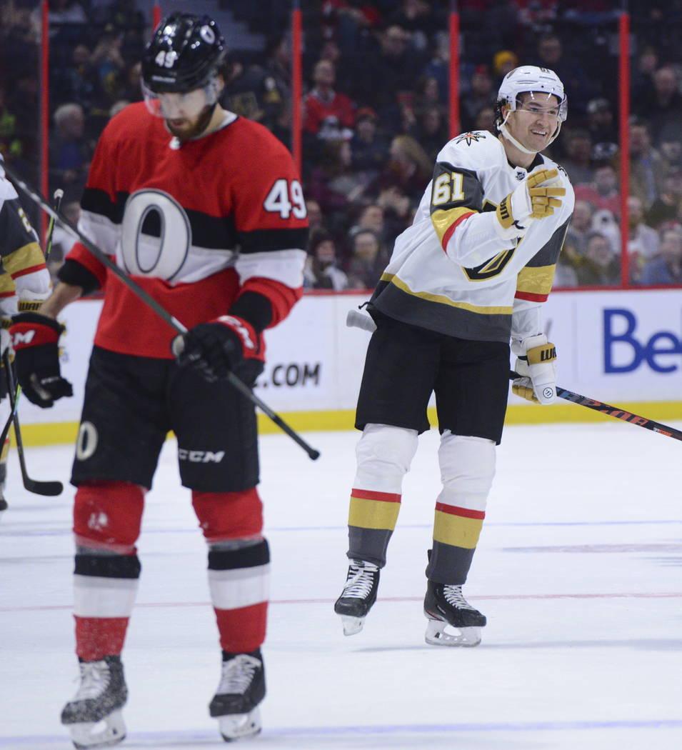 Mark Stone (61) de los Golden Knights celebra un gol contra los Ottawa Senators durante el segu ...