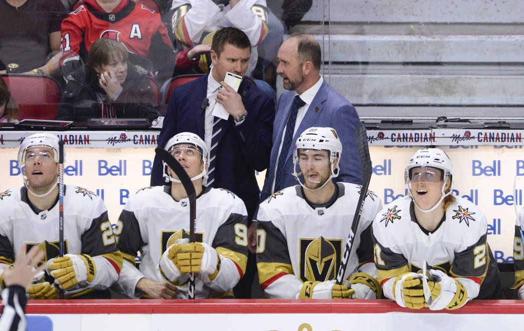 El nuevo entrenador de los Golden Knights de Las Vegas, Peter DeBoer, es visto en el banquillo ...