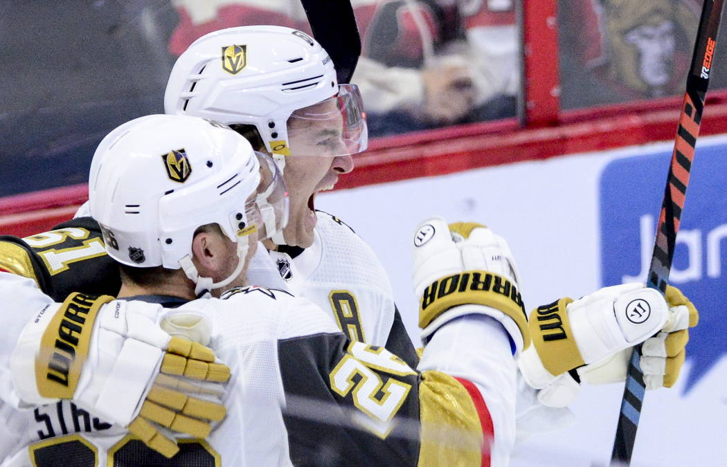 El centro de los Golden Knights de Las Vegas, Paul Stastny (26), celebra un gol con el ala dere ...