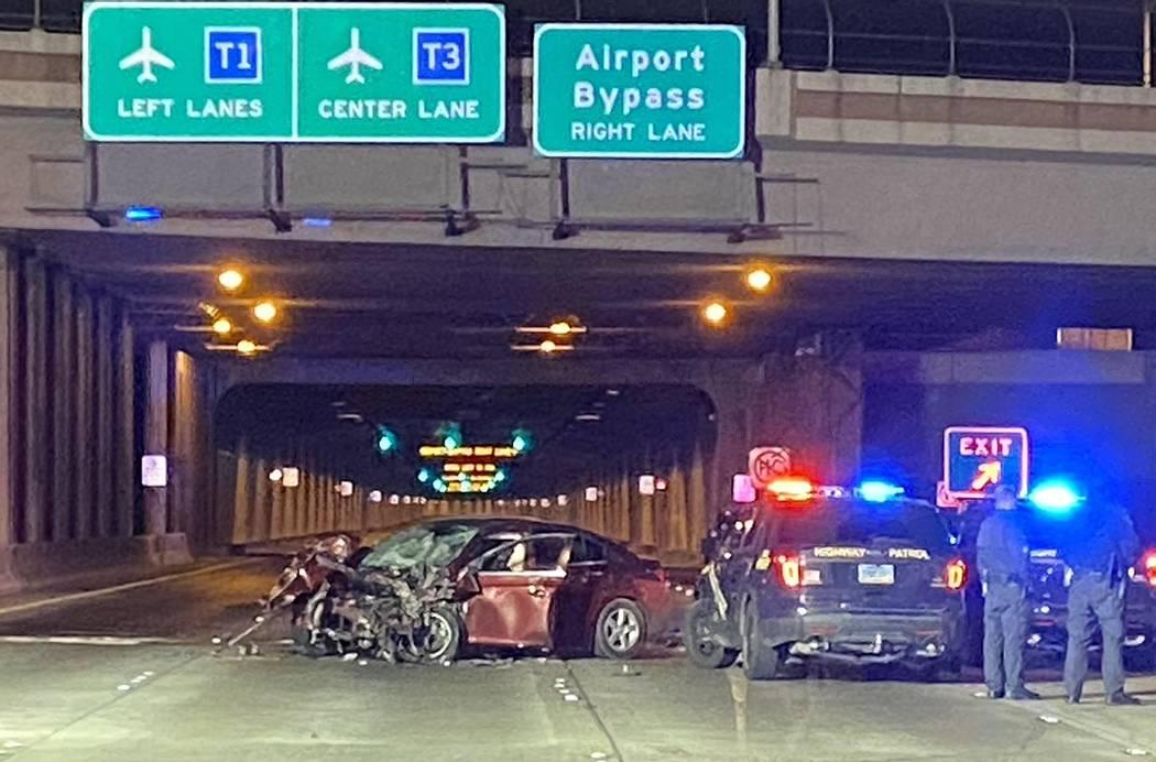 La Patrulla de Carreteras de Nevada investiga un Chevy Cruz involucrado en un accidente fatal e ...