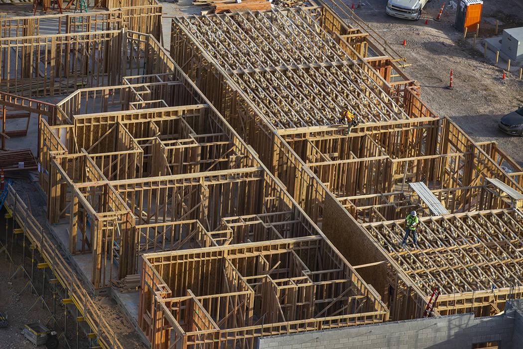 La construcción continúa en un nuevo complejo de apartamentos de 287 unidades del promotor Jo ...