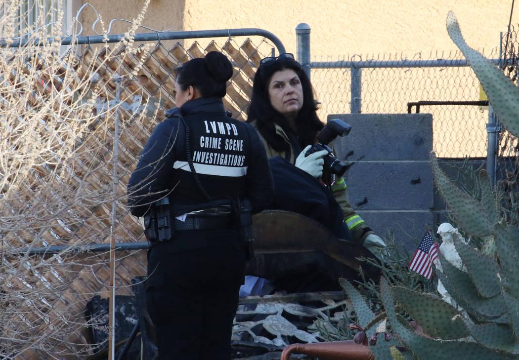 Investigadores del Departamento de Policía Metropolitana de Las Vegas trabajan después de que ...