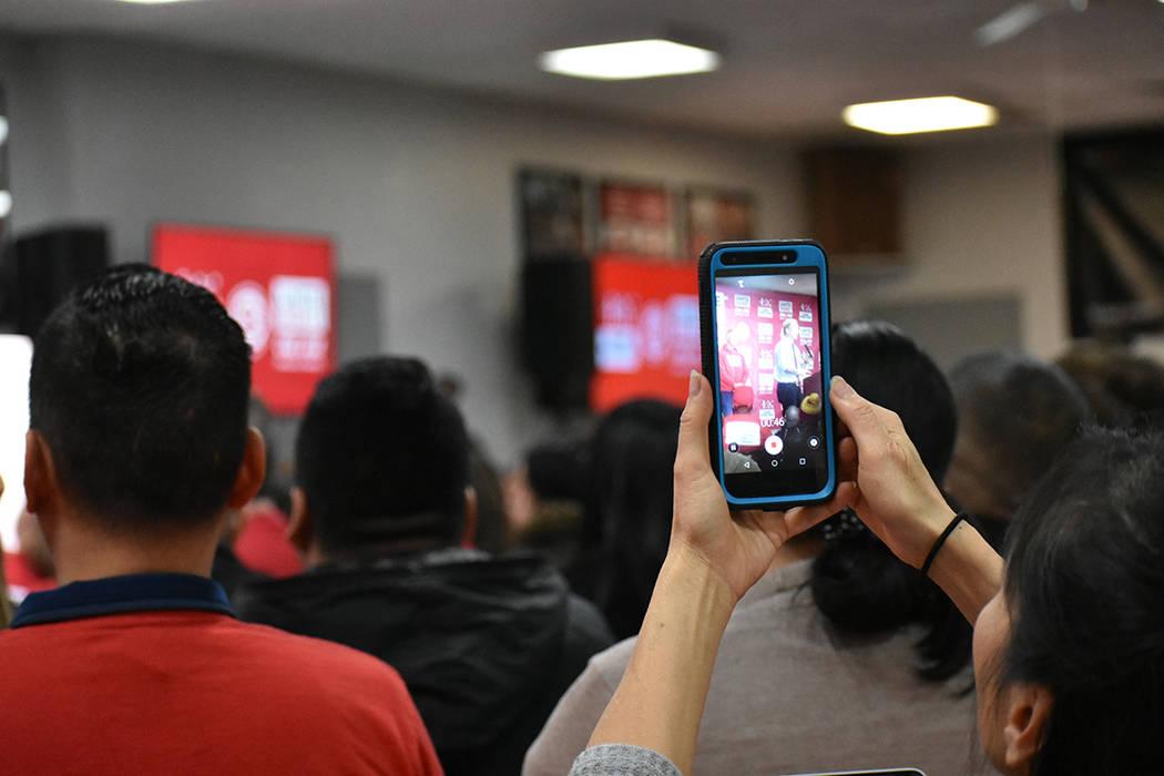 Algunos asistentes aprovecharon para grabar en video el discurso de Tom Steyer. Jueves 16 de en ...