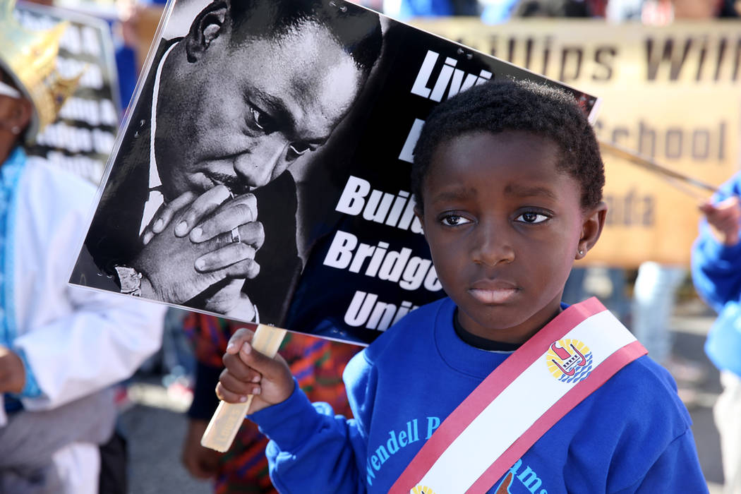 Jayce Jordan, de cuatro años, se prepara para marchar con la entrada de la escuela Williams El ...