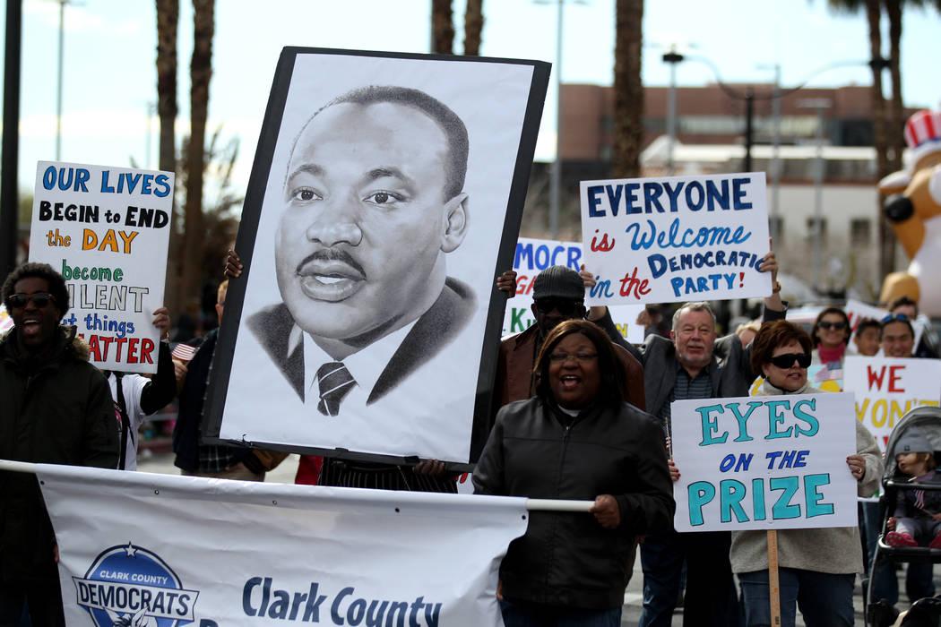 La entrada del Partido Demócrata del Condado de Clark en la 37ª edición anual del desfile de ...