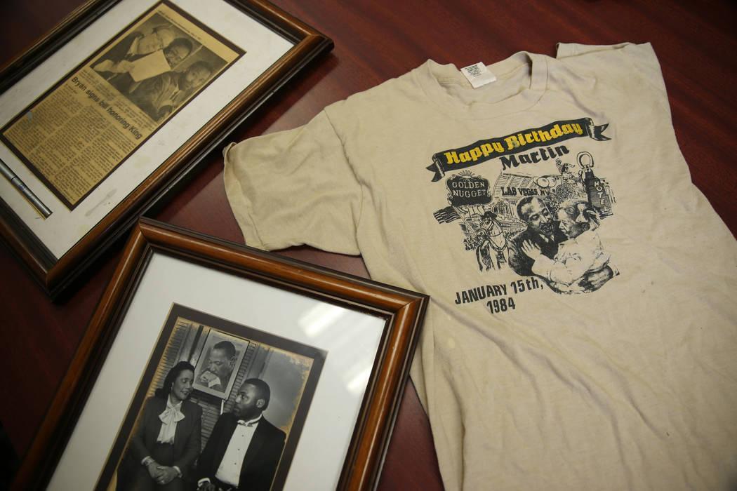 Recuerdos de Martin Luther King Jr., propiedad de Wendell P. Williams, son fotografiados en Wen ...