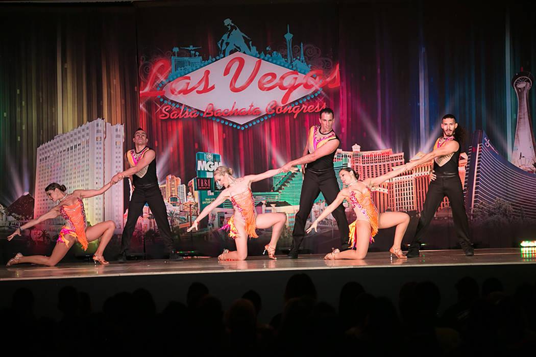 Este grupo de baile surgió de unas clases de salsa en UNLV. Foto cortesía Virginia Cano.