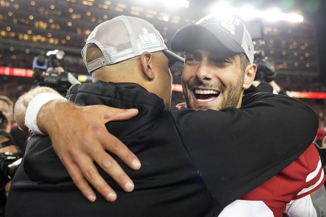 El mariscal de campo de los 49ers de San Francisco, Jimmy Garoppolo, celebra después de su vic ...