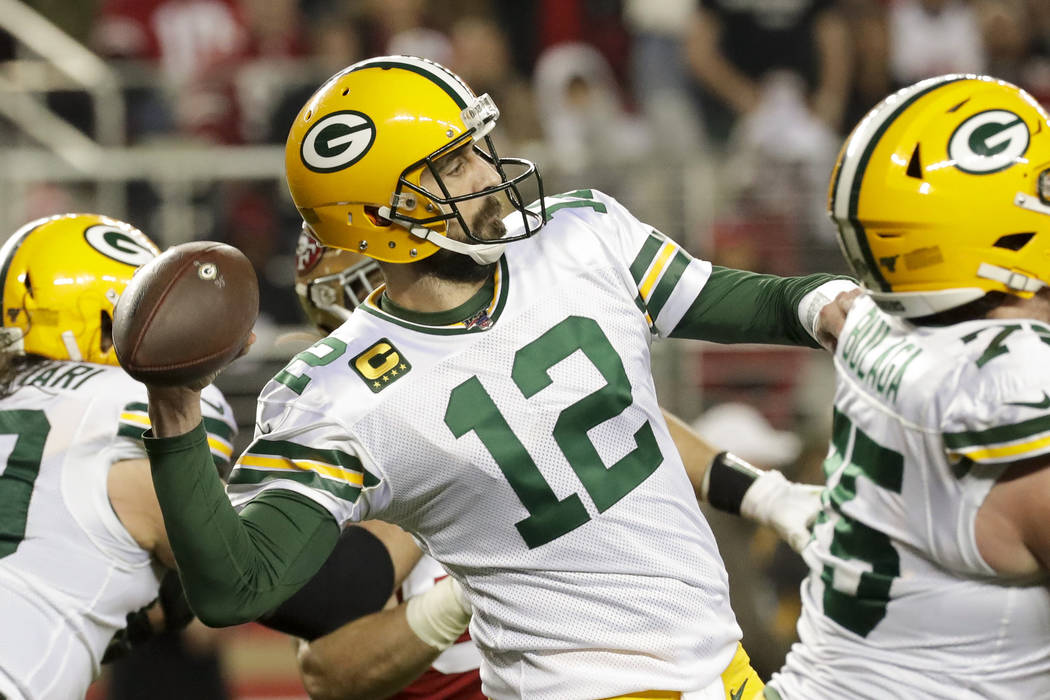 El mariscal de campo de los Green Bay Packers, Aaron Rodgers, pasa contra los San Francisco 49e ...