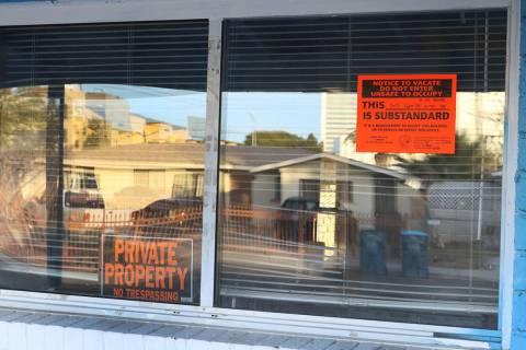 """Los letreros de """"Propiedad Privada"""" e """"Inseguro para Ocupar"""" se colocan en la ventana de una ca ..."""
