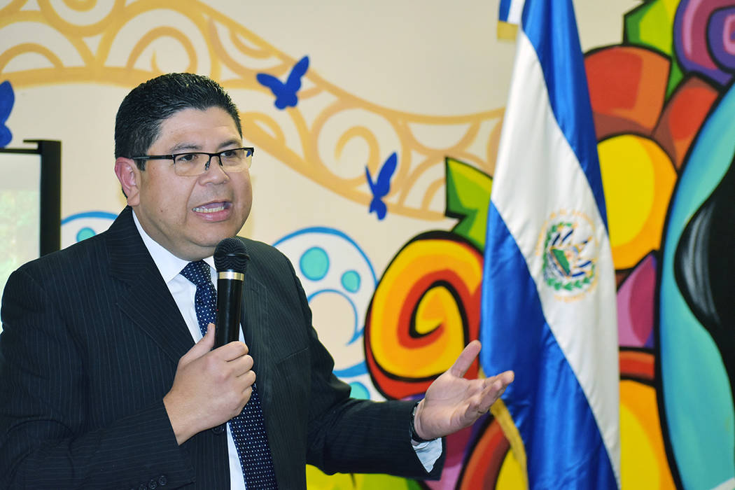 Silvia Mabel Martínez Romero primer mujer en ejercer como Vicecónsul de El Salvador, tomó po ...