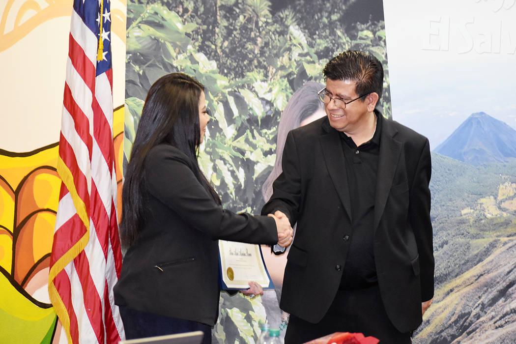 Isaac Barrón, concejal de North Las Vegas por el Distrito 1, entregó un reconocimiento a Silv ...
