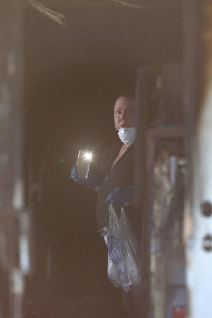 Una investigadora reúne pruebas en el pasillo de la puerta principal de los Alpine Motel Apart ...
