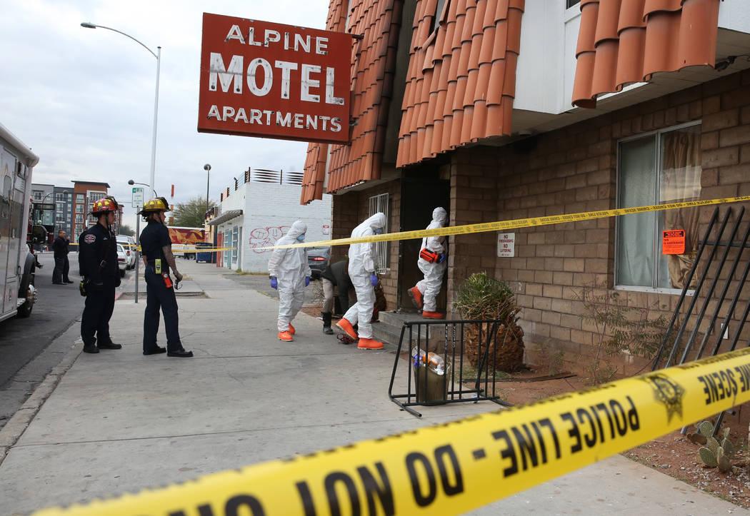 Investigadores reúnen pruebas en los apartamentos del Motel Alpine en Las Vegas el martes, 14 ...