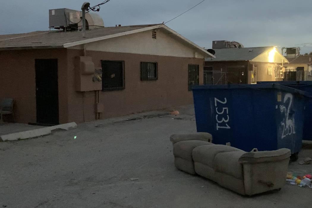 Un bebé muerto fue encontrado el domingo por la mañana en uno de estos basureros en la cuadra ...