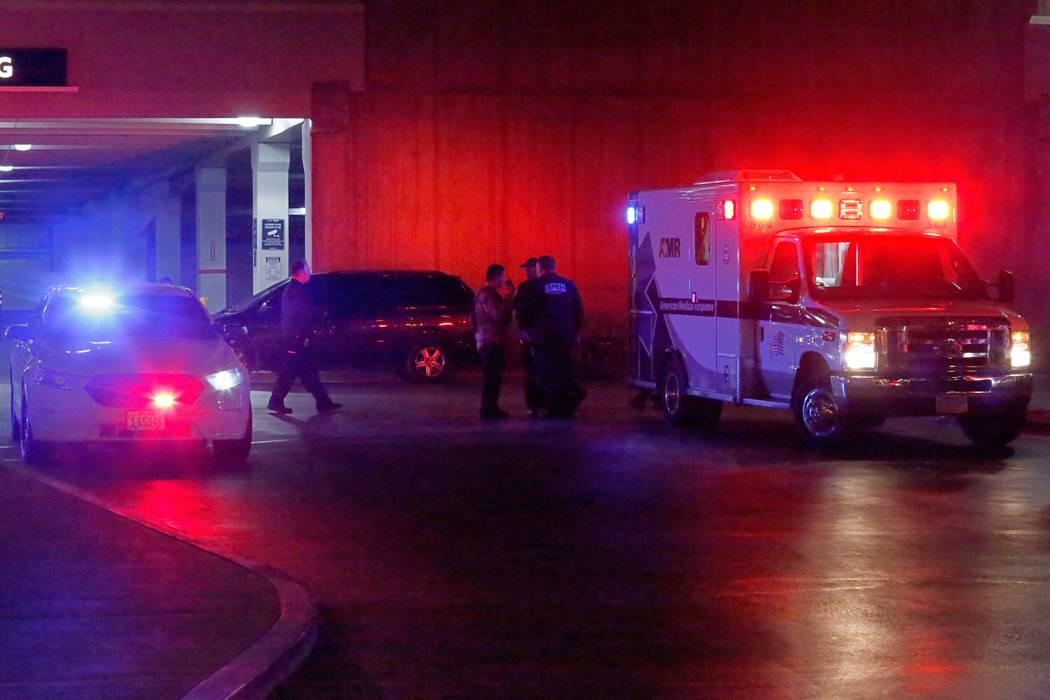 Una ambulancia es vista frente al estacionamiento de Nordstrom en el centro comercial Fashion S ...