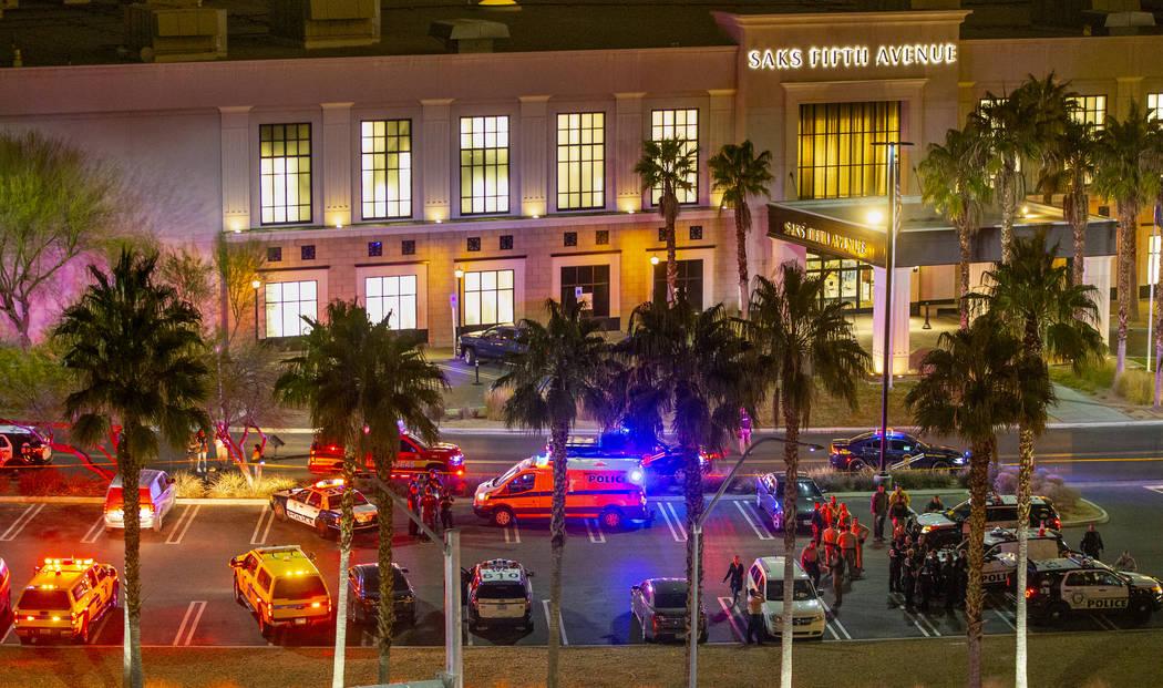Los agentes del Departamento de Policía Metropolitana se presentan en la entrada del centro co ...