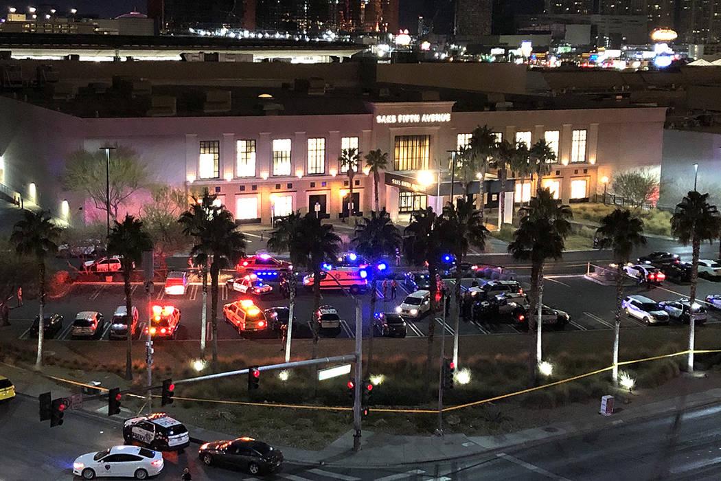 La policía de Las Vegas se reúne cerca de la entrada de Saks en el centro comercial Fashion S ...