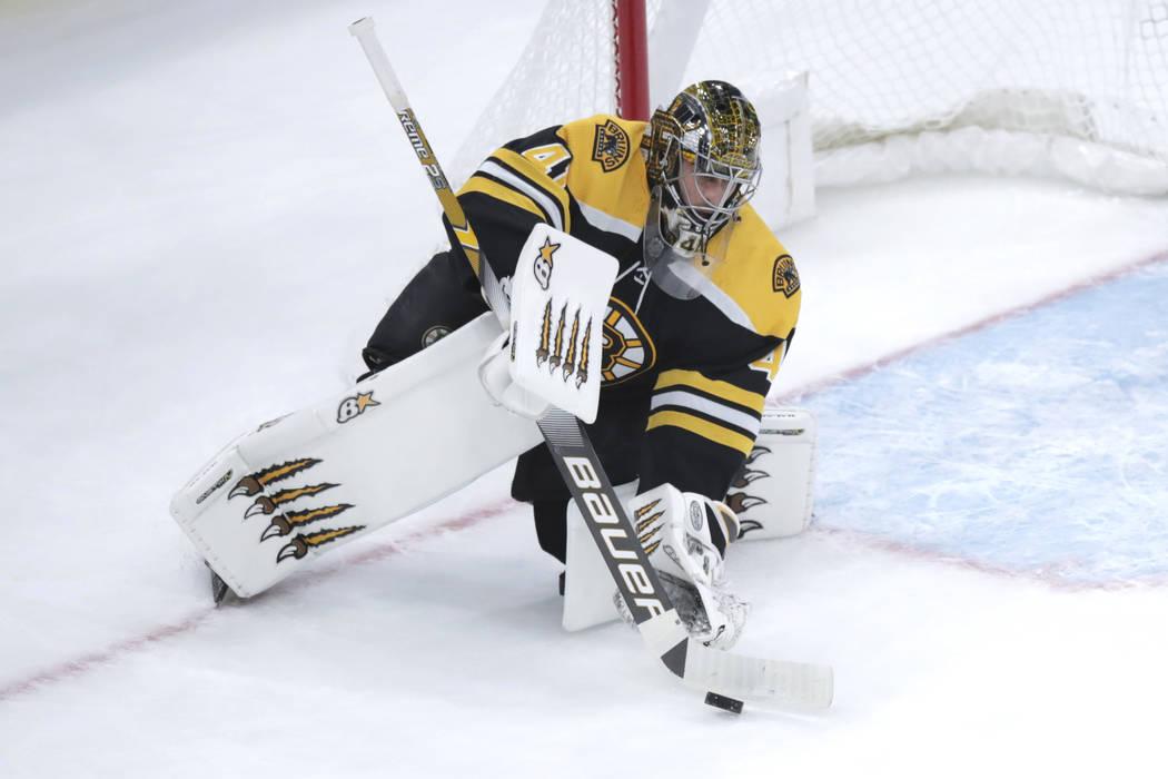 El portero de los Boston Bruins, Jaroslav Halak (41), hace una atajada durante el primer tiempo ...
