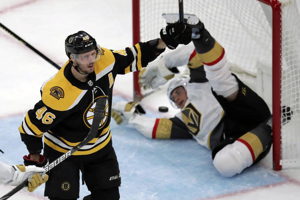 El centro de los Boston Bruins, David Krejci (46), celebra después de anotar contra los Vegas ...