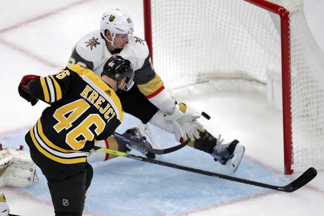 El centro de los Boston Bruins, David Krejci (46), vence al defensor de los Vegas Golden Knight ...