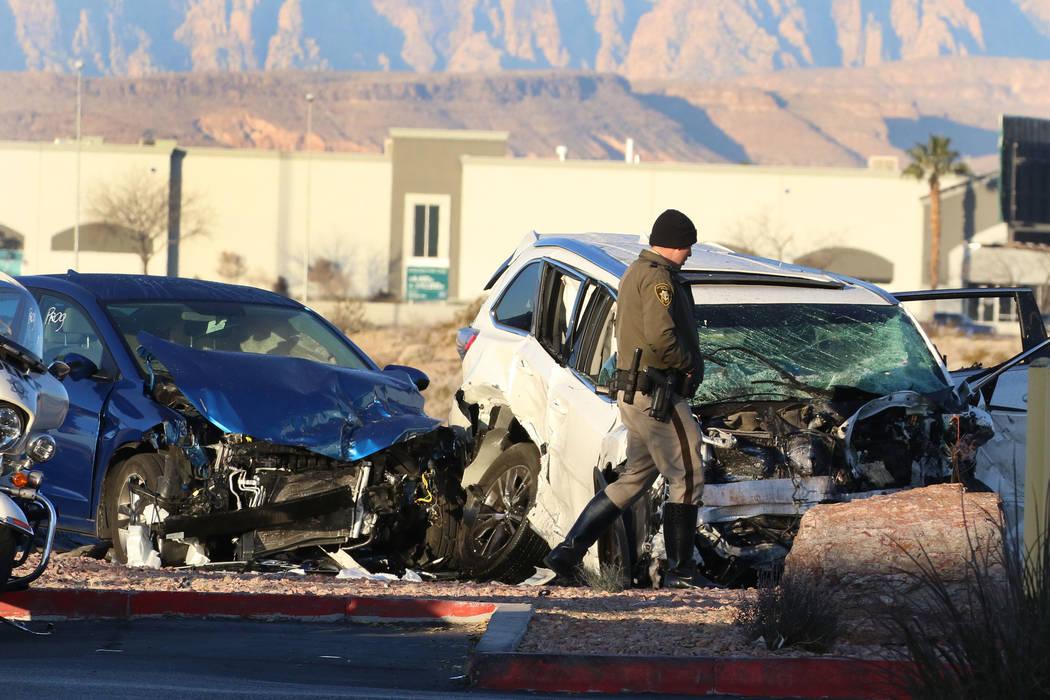 La policía de Las Vegas investiga después de que una automovilista muriera y otro resultara h ...