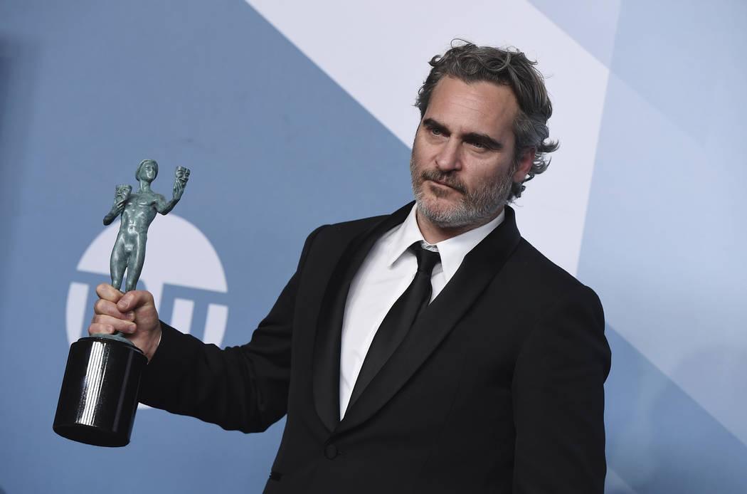 Joaquín Phoenix posa en la sala de prensa con el premio a la interpretación sobresaliente de ...