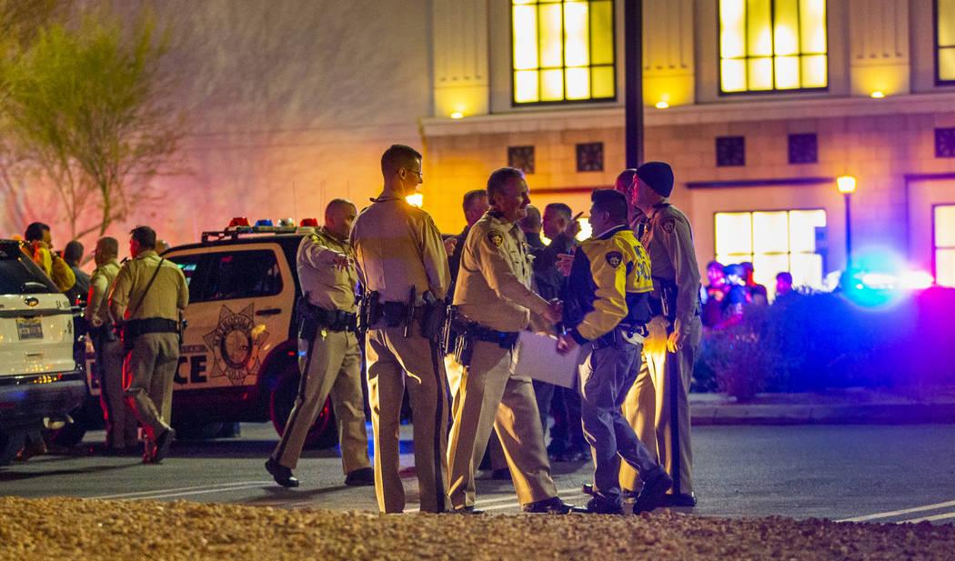 La policía investiga un tiroteo el martes, 21 de enero de 2020 en el centro comercial Fashion ...