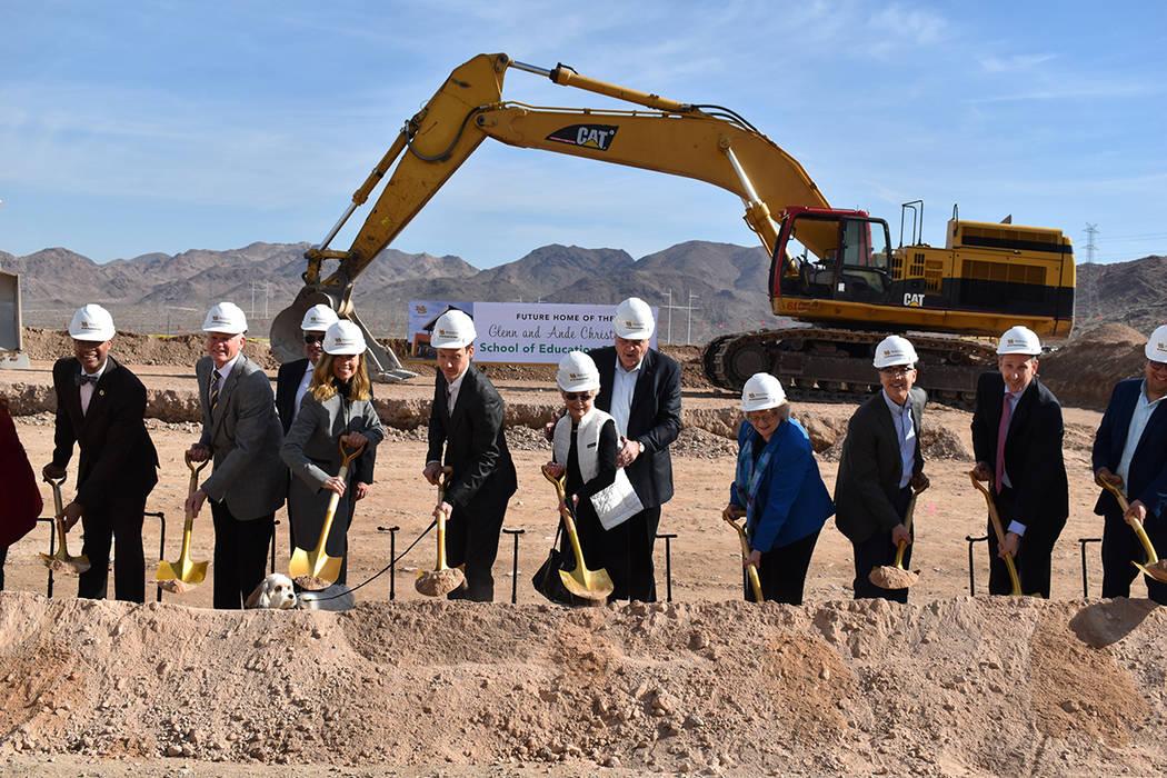 El gobernador Steve Sisolak, el presidente de Nevada State College Bart Patterson y los homóni ...