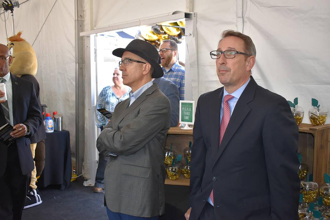 La ceremonia contó con la presencia del presidente de la institución, Bart Patterson; Thom Re ...
