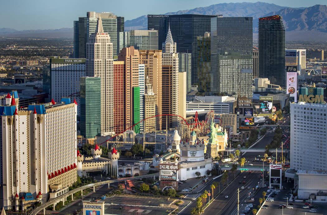 El Excalibur, New York-New York y otros complejos turísticos del Strip de Las Vegas en una fot ...