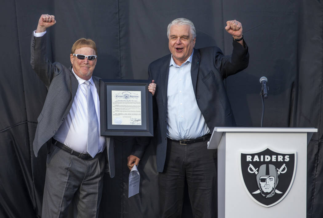 El dueño de los Raiders de Las Vegas, Mark Davis, a la izquierda, anima a la multitud junto co ...