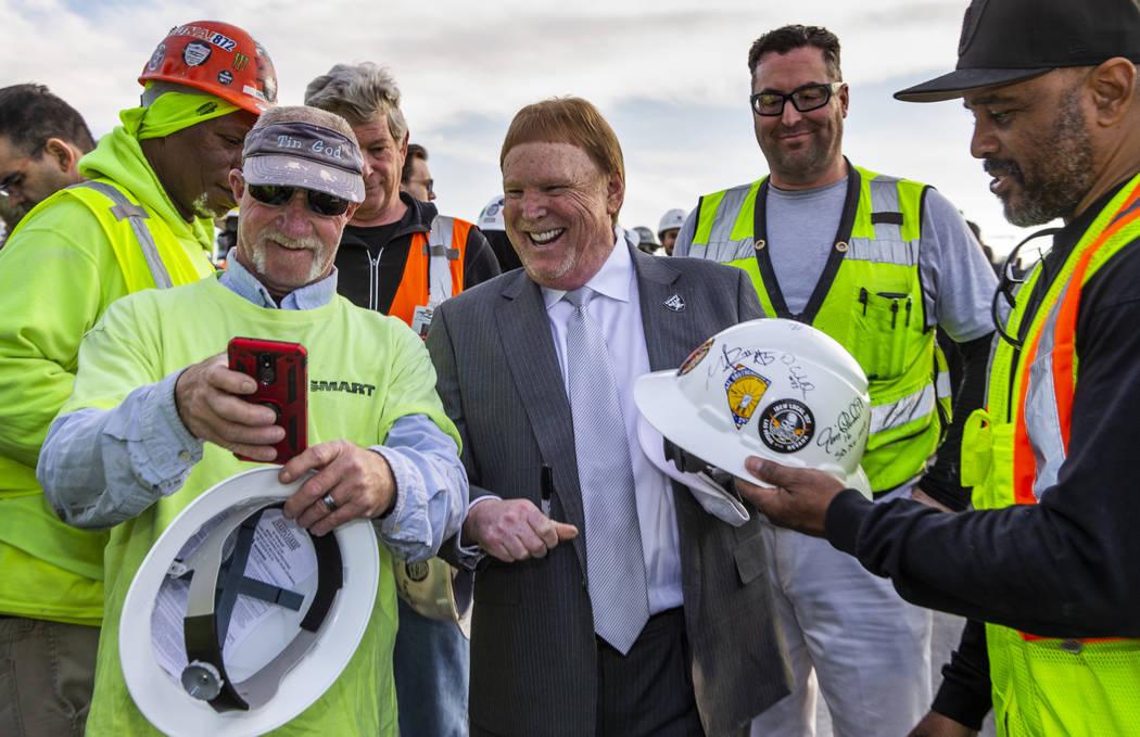 El trabajador de construcción, David Geene, a la izquierda, trata de tomarse una foto con el d ...