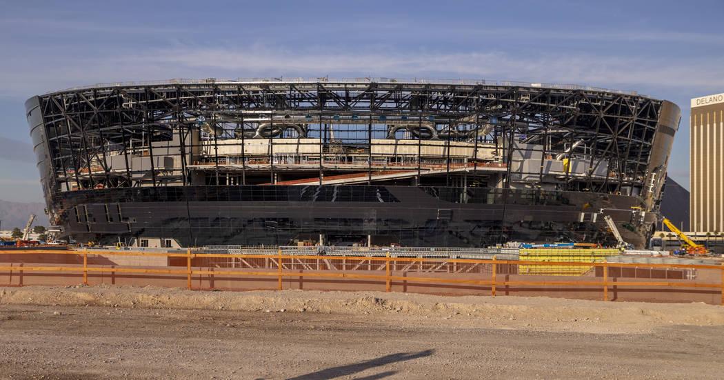 El Estadio de Allegiant aún en construcción como telón de fondo. (L.E. Baskow/Las Vegas Revi ...