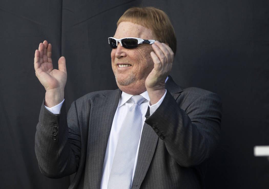 El dueño de los Raiders, Mark Davis, anima a la multitud durante un anuncio especial en el Est ...