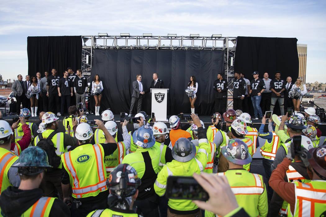 Mark Davis se presenta durante un anuncio especial en el Estadio Allegiant de Las Vegas el mié ...