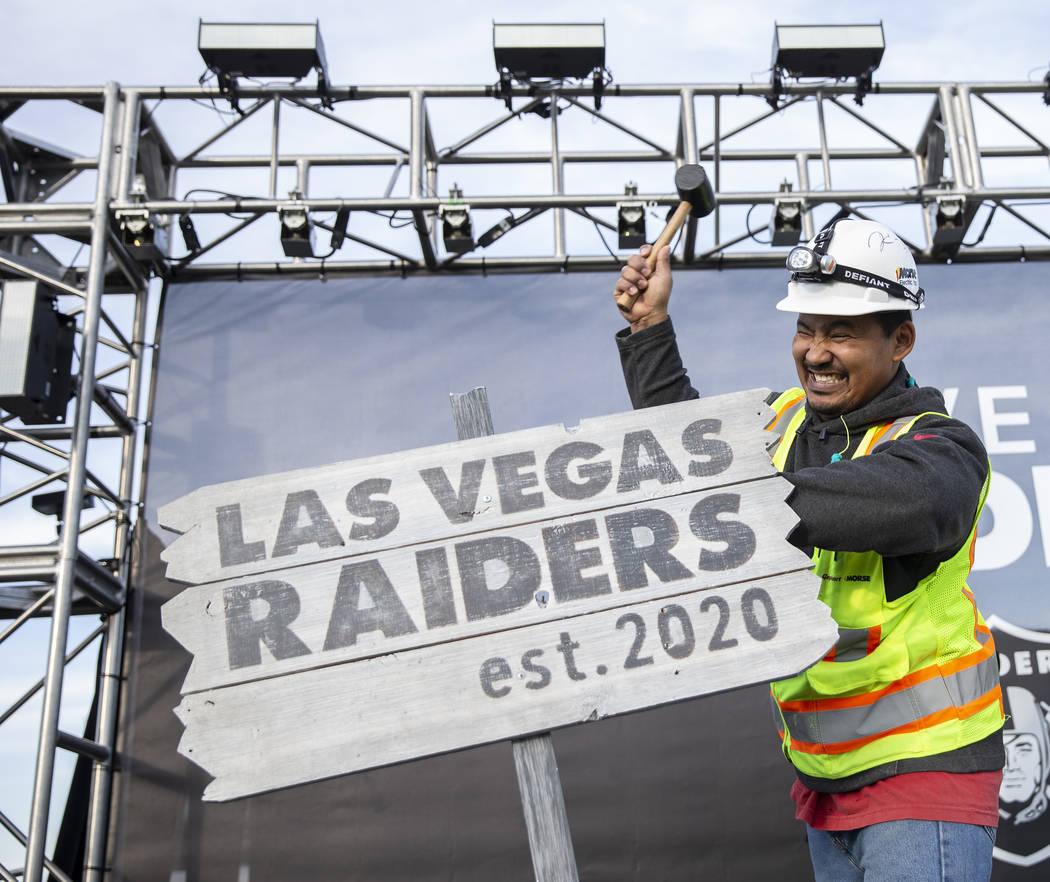 Apolo Corley en la ceremonia de los Raiders durante un anuncio especial en el Estadio Allegiant ...