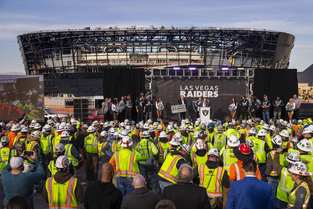 El propietario de los Raiders, Mark Davis, habla durante un anuncio especial en el Allegiant St ...