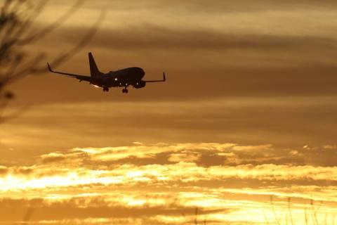 Un avión de Southwest Airlines se aproxima al Aeropuerto Internacional McCarran durante el ama ...