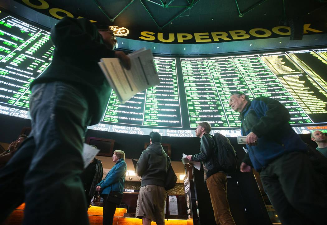 Los apostadores hacen cola en el Westgate Sportsbook mientras que las apuestas paralelas del Su ...