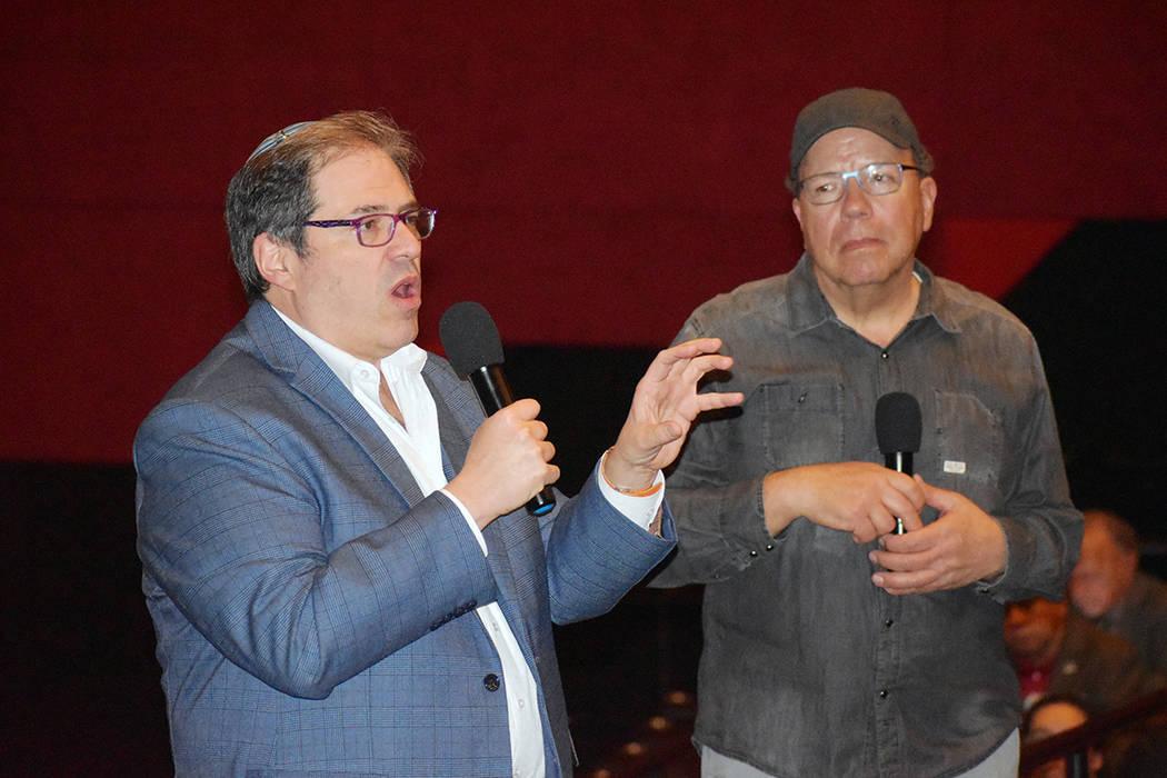 Joshua Abbey, derecha, y el rabino Felipe Goodman, compartieron con la generosa audiencia, aspe ...